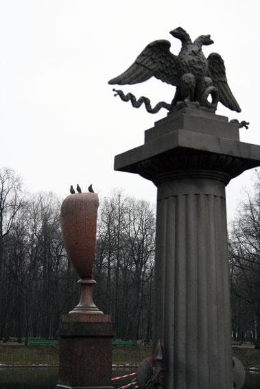 Расколовшаяся порфировая ваза в Летнем саду
