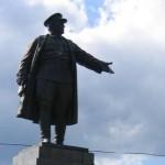 Памятник Кирову в Приморском парке Победы перед стадионом имени Кирова