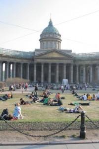 Казанский собор, сквер, площадь, горожане загорают