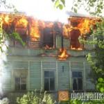 Пожар в деревянном доме в Красном Селе на улице Красных Командиров