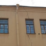 Улица Восстания, 4, трещины на дворовом флигеле