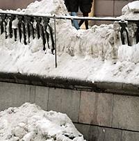 Канал Грибоедова, сброшенный снег, сломанная решетка