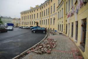 Разбитый тротуар на Гороховой улице после недавно демонтированного летнего кафе «Восточный уголок»