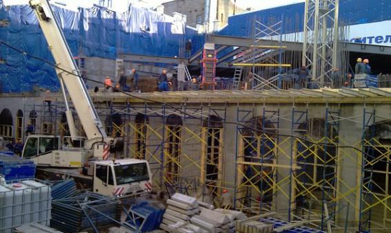 """Строительство вестибюля станции метро """"Адмиралтейская"""", первый этаж"""