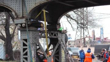Поврежденная опора железнодорожного моста на Боровой улице