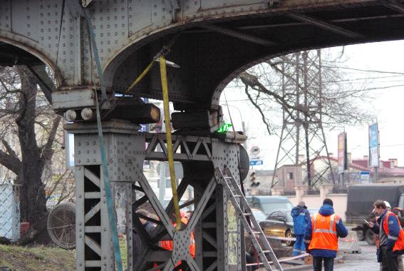 Поврежденная опора железнодорожного моста на Боровой улице, станция Боровая, ремонт
