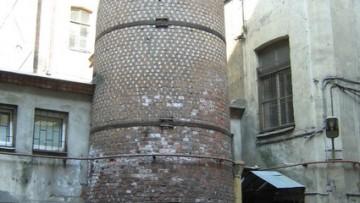 Башня грифонов во дворе дома аптеки Пеля на Васильевском острове