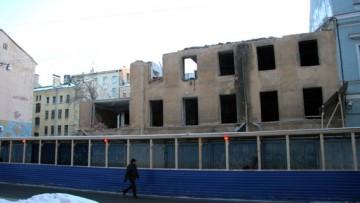 Дом на 4-й Советской улице, 9 за строительным забором