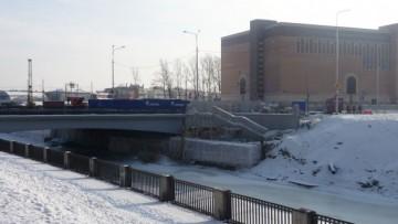 Недостроенный спуск у моста в створе Днепропетровской улицы