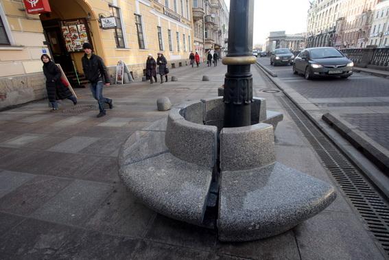 Пешеходная зона на набережной канала Грибоедова, скамейки