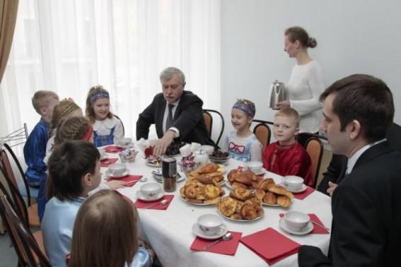 Георгий Полтавченко есть пирожки в новом детском саду на Большом Сампсониевском проспекте, 51