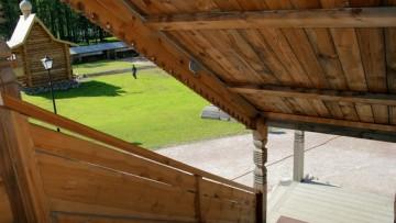 Лестница, крыльцо церкви Покрова Пресвятой Богородицы в Невском лесопарке