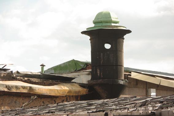 """Ресторан """"Лето"""" на территории Петропавловской крепости после пожара, закопченая башня"""