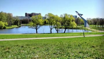 В парке Авиаторов продолжат бороться с собачниками и установят урны