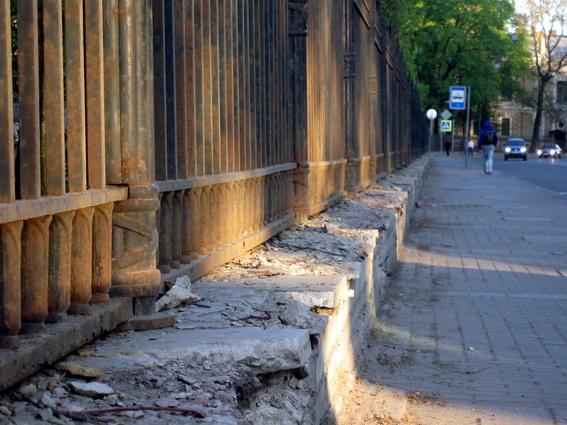 Ограда Михайловского замка, цоколь на Садовой улице