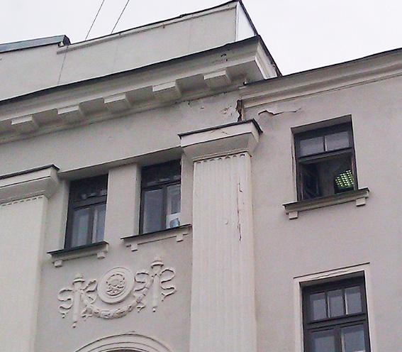 С дома-памятника на Чкаловском крошится свежая штукатурка