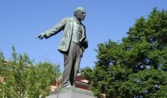 Скульптура Владимира Ленина, установленная перед зданием Невского завода на проспекте Обуховской обороны, 51