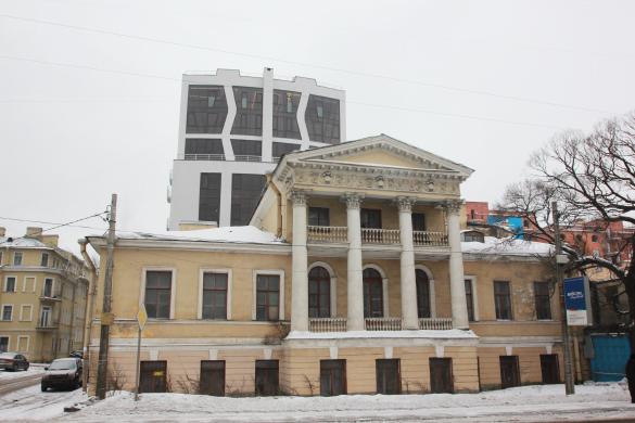 Дом на Резной улице, 6, на фоне особняка Глуховского