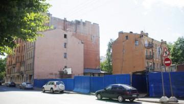 Долгострой на углу Офицерского переулка и улицы Красного Курсанта