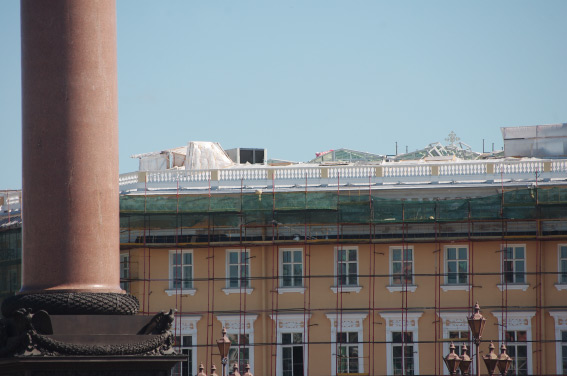 На крыше Главного штаба появились стеклянные теплицы