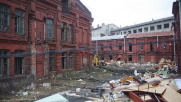 Краснокирпичные исторические здания на Малой Неве