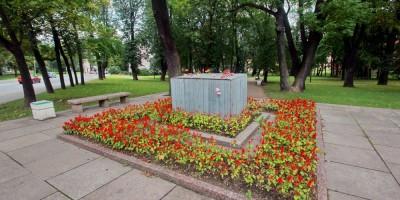 Пушкин, постамент памятника Ленину на углу Малой и Конюшенной улиц, цветы