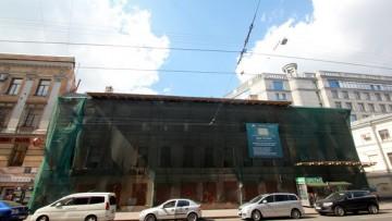 Дом Рогова, затянутый сеткой