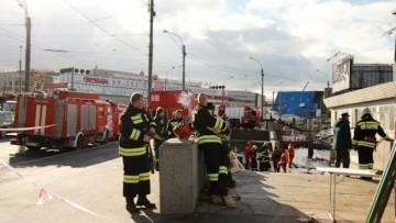 Пожарные откачивают воду с «Паруса»