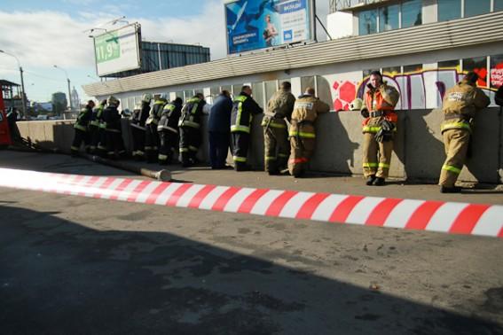 Пожарные у тонущего дебаркадера «Парус»