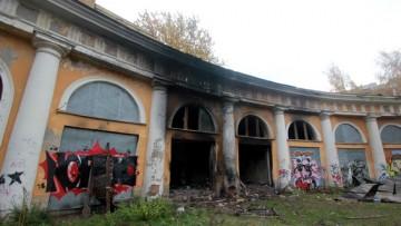 Служебный корпус Уткиной дачи, конюшни после пожара