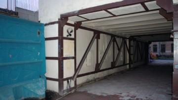 Укрепленная стена рядом с местом стройки