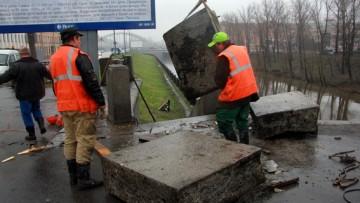 Достают парапет со дна Обводного канала