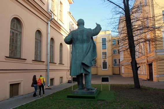 Ленин во дворе Академии Лесгафта