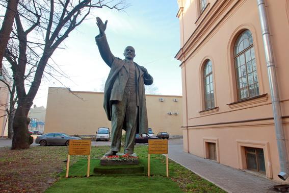 Памятник Ленину во дворе Университета физкультуры и спорта Лесгафта