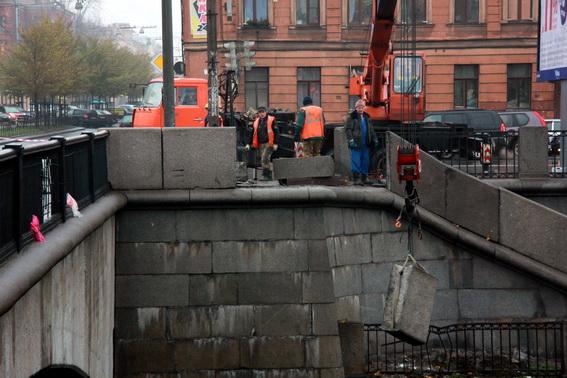 Парапет Предтеченского моста, упавший в воду