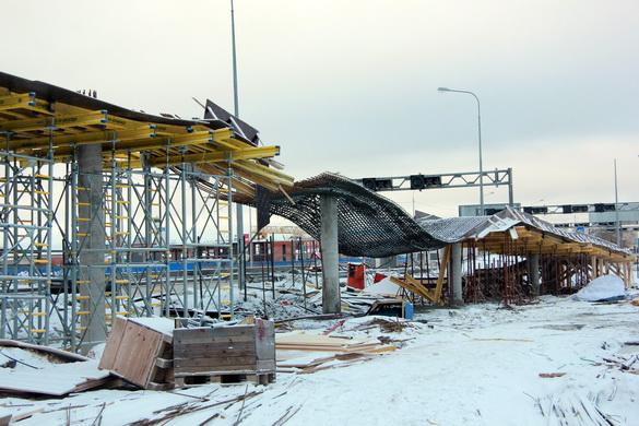 Обрушился строящийся надзнемный пешеходный переход над Таллинским шоссе