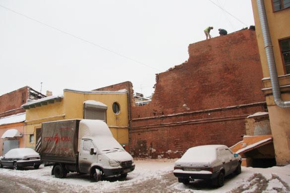 """Стена флигеля на территории """"Красных бань"""" на Московском проспекте"""