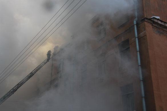 Пожар в подъездном переулке, тушение пожара