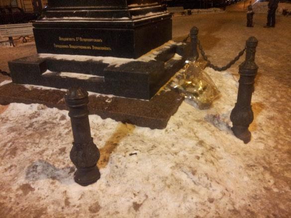 Оторванные цепи ограды памятника Пушкину на Пушкинской улице