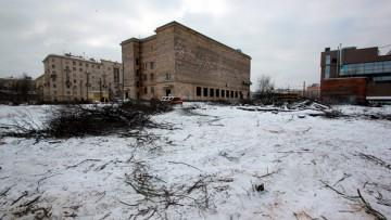 У кинотеатра Спутник рубят деревья
