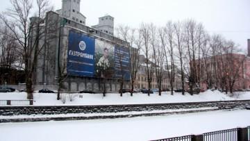 Элеватор-памятник с рекламным баннером