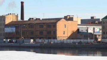 Заводское здание на Пироговской набережной