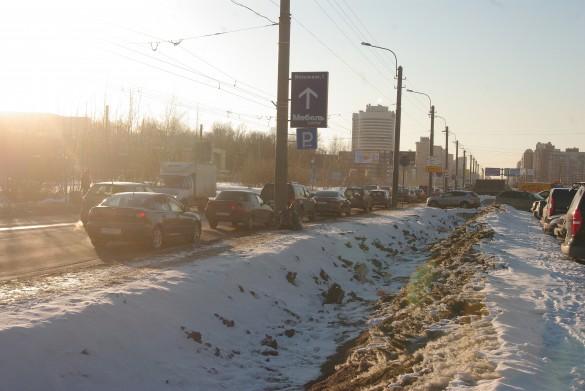 Узкий участок Богатырского проспекта у Максидома