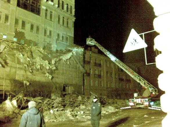Дровяную улицу завалило упавшими строительными лесами