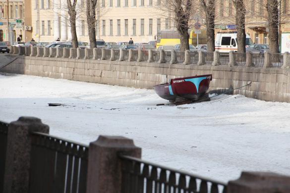 Лодка на льду на канале Грибоедова