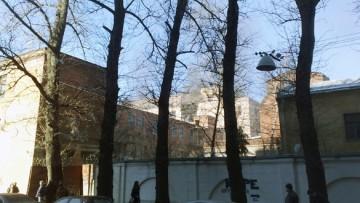 Пожар на территории мебельной фабрики тушат в эти минут на Заставской улице, 15