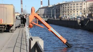 Подъемный кран упал в Обводный канал