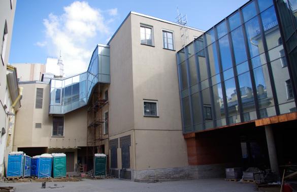 Новая сцена Александринского театра, старое и новое здание во дворе