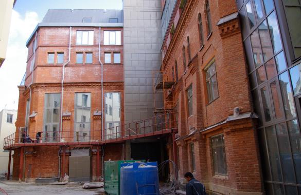 Новая сцена Александринского театра, старое здание во дворе