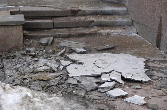 Обрушение штукатурки на набережной реки Карповки, 13